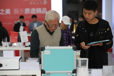 The judge Liu Guanzhong evaluated the entries at the final competition site.