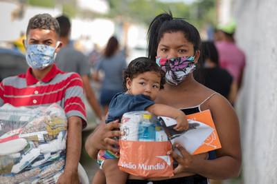 A family in Maceio, Brazil receives life-saving supplies as part of World Vision's global response to the devastating impact of COVID-19, its largest response in its 70-year history, currently reaching over 45 million people in more than 70 countries. (CNW Group/World Vision Canada)