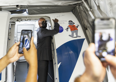 San Francisco Giants legend Barry Bonds signs Alaska Airlines' new Giants-themed aircraft at San Francisco International Airport